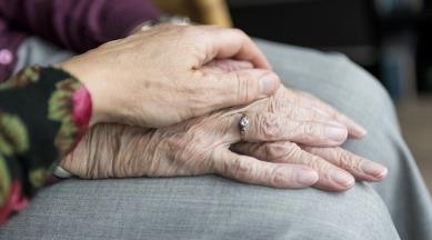mains-personnes-agees-proche-aidant-aidant-naturel-vieillesse-photo-SabineVanerp-via-Pixabay-CC0-et-INFOSuroit